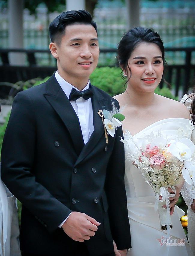 Vợ cầu thủ Bùi Tiến Dũng lần đầu xuất hiện sau đám cưới, nhan sắc khác biệt của Khánh Linh gây chú ý  - Ảnh 1.