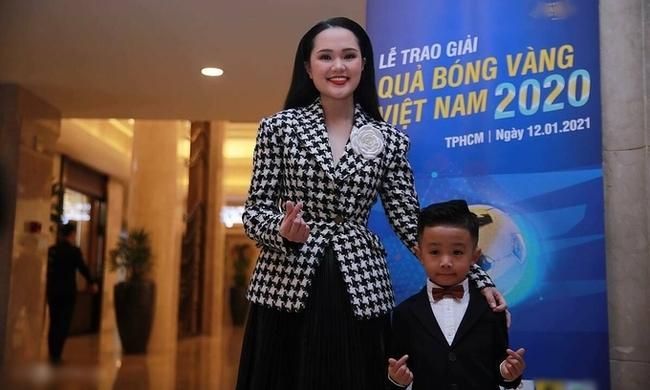 """Xuất hiện ở sự kiện đông người, Quỳnh Anh vợ Duy Mạnh bị soi nhan sắc """"dừ"""" hơn cả chị gái đứng bên cạnh - Ảnh 2."""