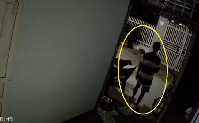 Trời tối muộn mà con gái đi học chưa về, người bố có hành động lạ trước cửa, nhìn kĩ camera ai nấy đều rưng rưng xúc động - Ảnh 2.