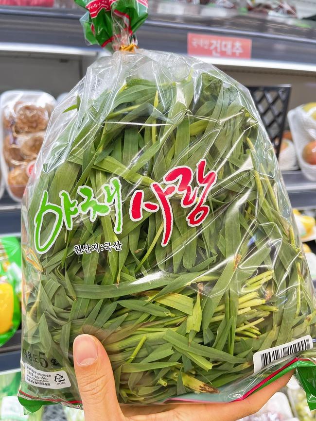 Góc hết hồn: Thanh niên đi siêu thị ở Hàn bỗng phát hiện loại cây cho trâu bò được bày bán, nhưng giá lại càng bất ngờ - Ảnh 5.