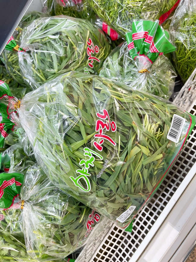 Góc hết hồn: Thanh niên đi siêu thị ở Hàn bỗng phát hiện loại cây cho trâu bò được bày bán, nhưng giá lại càng bất ngờ - Ảnh 1.