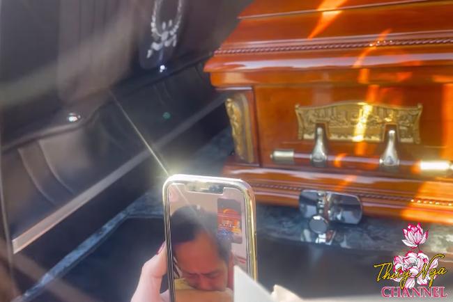 Xót xa clip Hoài Linh đau đớn khóc nghẹn, nói chuyện với bà xã cố NS Chí Tài qua điện thoại - Ảnh 3.