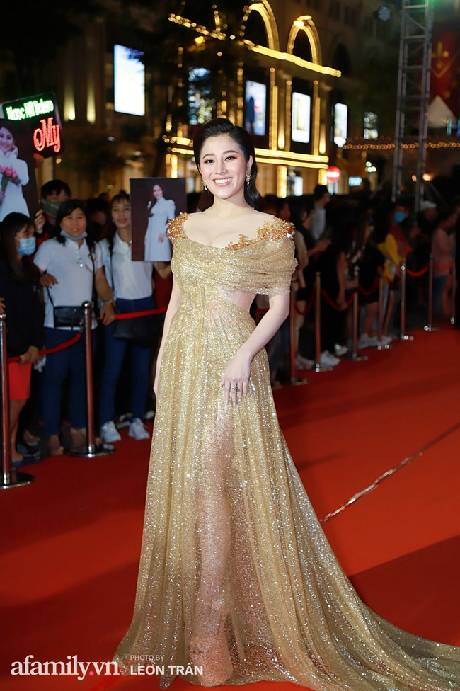 Thảm đỏ lễ trao giải Mai Vàng 26: Nghệ sĩ Hoài Linh gượng cười sau nhiều biến cố, Minh Hằng khoe vòng 1 căng đầy gợi cảm - Ảnh 10.