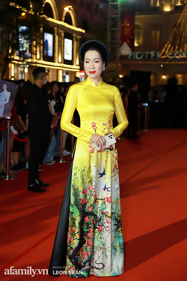 Thảm đỏ lễ trao giải Mai Vàng 26: Nghệ sĩ Hoài Linh gượng cười sau nhiều biến cố, Minh Hằng khoe vòng 1 căng đầy gợi cảm - Ảnh 13.