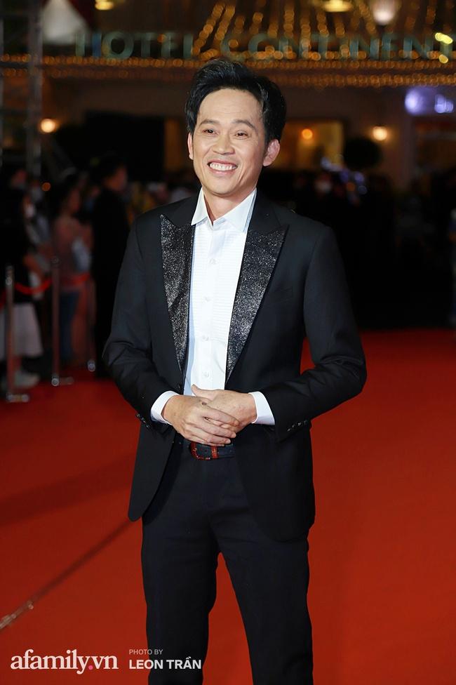 Thảm đỏ lễ trao giải Mai Vàng 26: Nghệ sĩ Hoài Linh gượng cười sau nhiều biến cố, Minh Hằng khoe vòng 1 căng đầy gợi cảm - Ảnh 1.