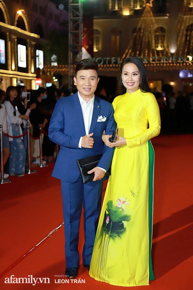 Thảm đỏ lễ trao giải Mai Vàng 26: Nghệ sĩ Hoài Linh gượng cười sau nhiều biến cố, Minh Hằng khoe vòng 1 căng đầy gợi cảm - Ảnh 5.