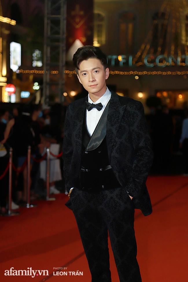 Thảm đỏ lễ trao giải Mai Vàng 26: Nghệ sĩ Hoài Linh gượng cười sau nhiều biến cố, Minh Hằng khoe vòng 1 căng đầy gợi cảm - Ảnh 7.