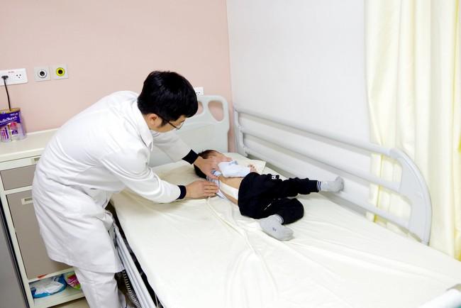 """""""Sửa"""" Cánh cửa mở ra cho bệnh nhân nhi 3 tuổi mắc bệnh cong vẹo cột sống được phẫu thuật thành công - Ảnh 1."""