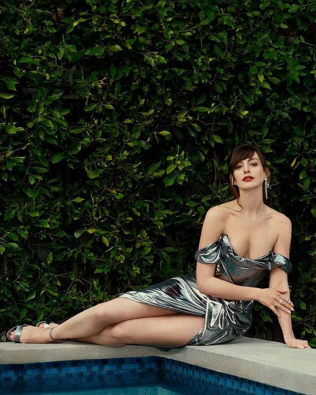 """Mỹ nhân """"Nhật Ký Công Chúa"""" Anne Hathaway khoe vòng 1 gợi cảm khó cưỡng ở tuổi 38  - Ảnh 1."""