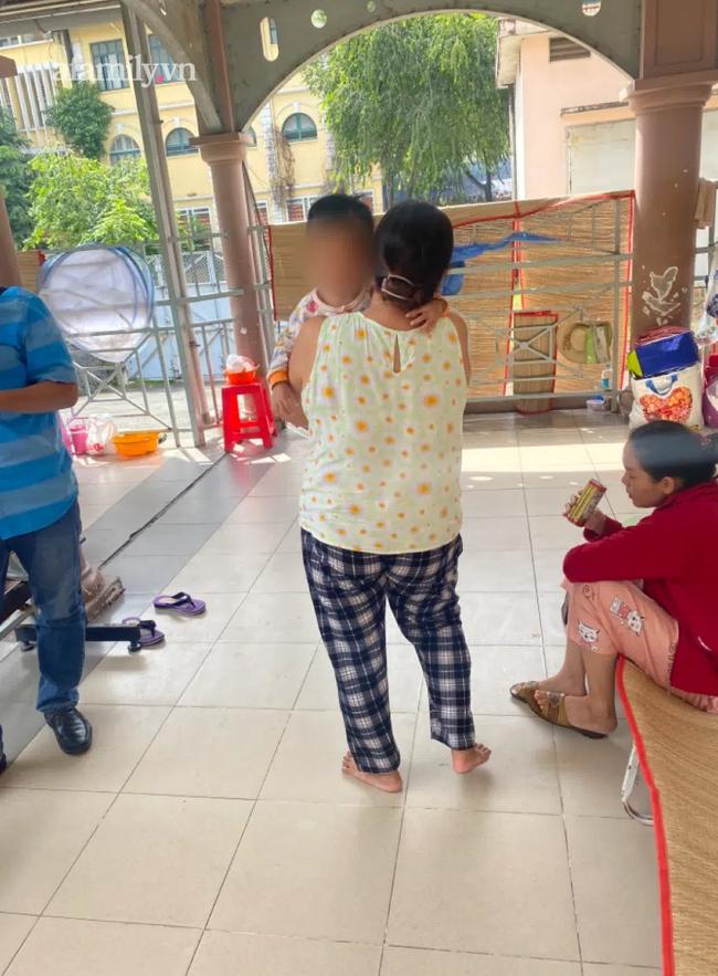 Bé gái 3 tuổi tại TP.HCM bị mẹ ruột bạo hành vì đi vệ sinh dính phân vào dép đã tử vong - Ảnh 2.