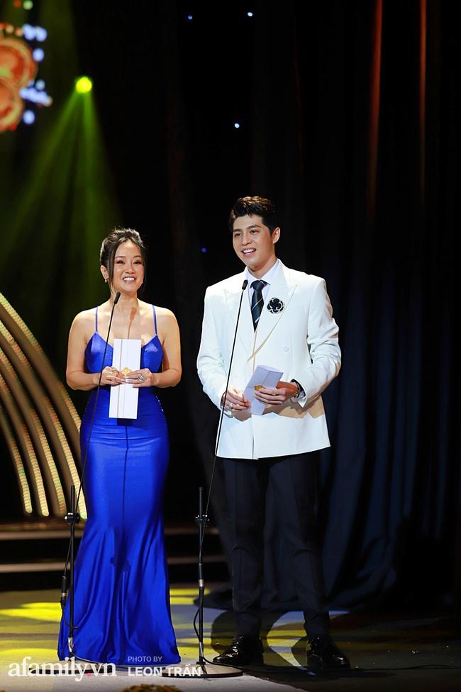 """""""Mai Vàng"""": Hồng Nhung mặc đầm 2 dây cực gợi cảm, Trương Ngọc Ánh xuất hiện bên tình trẻ Anh Dũng - Ảnh 1."""