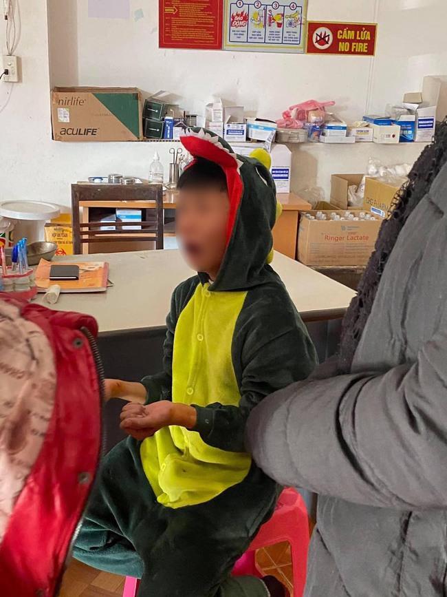 Xôn xao hình ảnh bé trai bị chó đuổi cắn vì mặc bộ đồ hình khủng long đang hot rần rần - Ảnh 1.