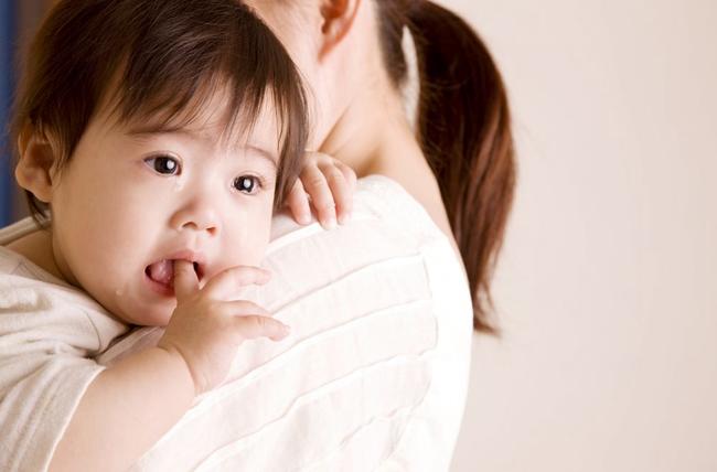 Dù biết đi trẻ vẫn đòi bố mẹ bế, nhiều người nghĩ con hư nhưng sự thật sẽ khiến bạn muốn bế ẵm con nhiều hơn