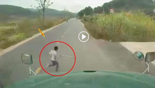 Cậu bé bất ngờ băng qua đường trước mũi container và cái kết khiến nhiều người rụng rời - Ảnh 2.