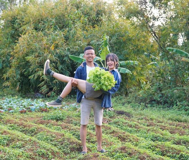 Cô gái bỏ Sài Gòn, cùng chồng lên núi sống đời nông dân fulltime, đặc biệt trước khi đi còn được bố mẹ chồng cho mượn tiền mua đất - Ảnh 1.