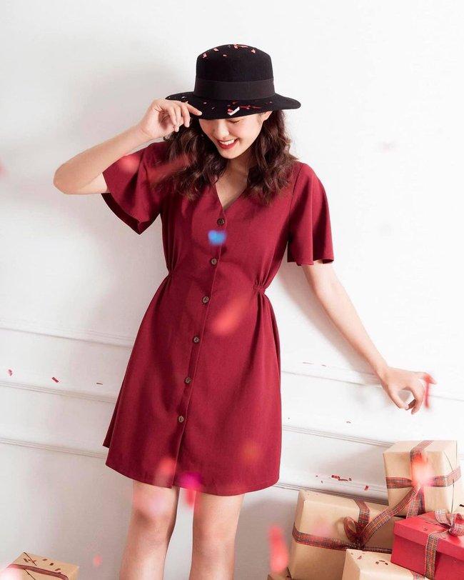 """10 mẫu váy đỏ rất sang chứ không hề chóe của các shop thời trang Việt, sắm ngay để năm mới """"đỏ thôi đen quên đi"""" - Ảnh 15."""