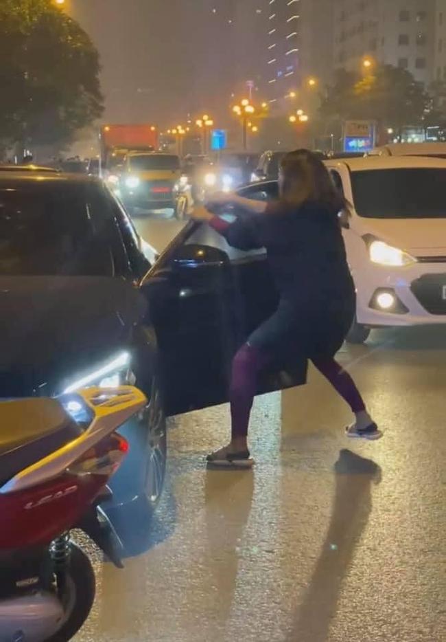 """Phốt căng: Vợ đi xe máy chặn đầu xe """"Mẹc"""" bạn thân cướp chồng mình để đánh ghen và cái kết tê tái - Ảnh 1."""