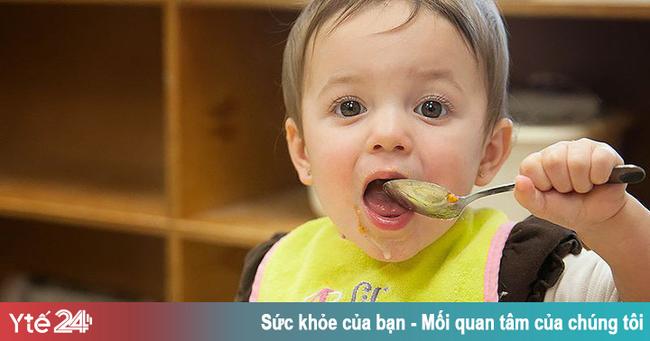 Ngã khi đang ngậm muỗng kim loại, trẻ bị tổn thương họng - Ảnh 1.
