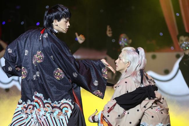 Nguyễn Trần Trung Quân - Denis Đặng lại quấn quýt không rời trên sân khấu  - Ảnh 7.