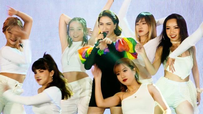 """Mở màn đêm Bán kết, top 8 đã có màn chào sân ấn tượng khi được hô vang tên gọi cũng như quê hương của mình trên nền nhạc """"Nàng tiên cá"""" cho ca sĩ Hoà Minzy thể hiện."""