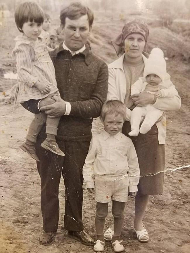 Bỏ ngoài tai lời dị nghị của hàng xóm về con gái, bố mẹ vẫn yêu thương con để rồi 39 năm sau sững sờ khi biết gốc gác đứa trẻ - Ảnh 1.