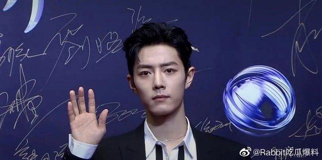 Tiêu Chiến khiến netizen không khỏi trầm trồ khen ngợi vì nhan sắc hoàn hảo chẳng kém gì ảnh đã qua chỉnh sửa.