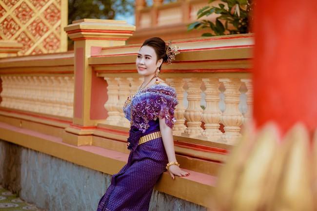 Diễn viên Phan Kim Oanh khoe nhan sắc càng ngày mặn mà trong trang phục dân tộc Khmer - Ảnh 1.
