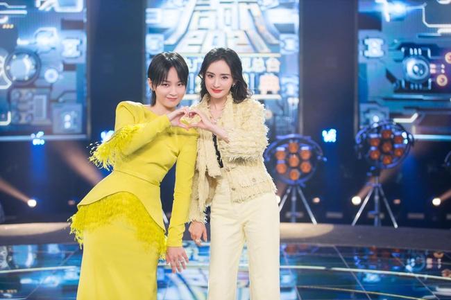 Dương Mịch mặc kín mít hát cùng Châu Bút Sướng nhưng cởi áo khoác ngoài ra mới là cực phẩm nhan sắc - Ảnh 2.