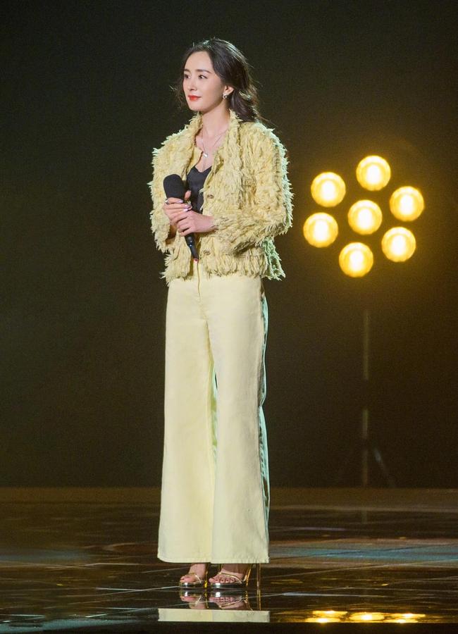 Dương Mịch mặc kín mít hát cùng Châu Bút Sướng nhưng cởi áo khoác ngoài ra mới là cực phẩm nhan sắc - Ảnh 4.