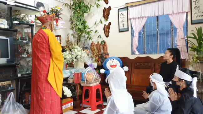 Lễ an táng Vân Quang Long tại quê nhà Đồng Tháp: Vợ cũ Ái Vân đeo tang cùng bố mẹ nam ca sĩ lo hậu sự, vợ 2 Linh Lan vắng mặt - Ảnh 2.