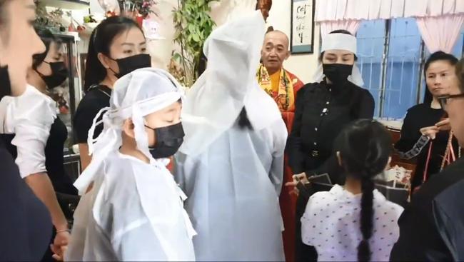 Lễ an táng Vân Quang Long tại quê nhà Đồng Tháp: Vợ cũ Ái Vân đeo tang cùng bố mẹ nam ca sĩ lo hậu sự, vợ 2 Linh Lan vắng mặt - Ảnh 4.