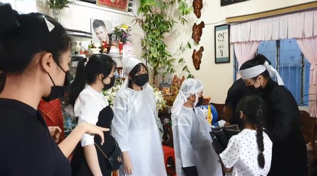 Lễ an táng Vân Quang Long tại quê nhà Đồng Tháp: Vợ cũ Ái Vân đeo tang cùng bố mẹ nam ca sĩ lo hậu sự, vợ 2 Linh Lan vắng mặt - Ảnh 3.