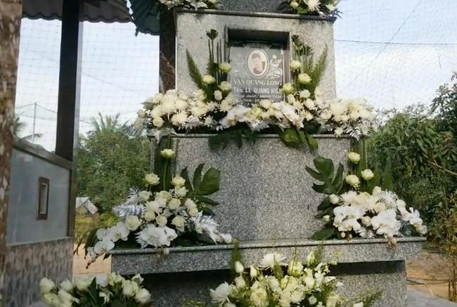 Lễ an táng Vân Quang Long tại quê nhà Đồng Tháp: Vợ cũ Ái Vân đeo tang cùng bố mẹ nam ca sĩ lo hậu sự, vợ 2 Linh Lan vắng mặt - Ảnh 7.