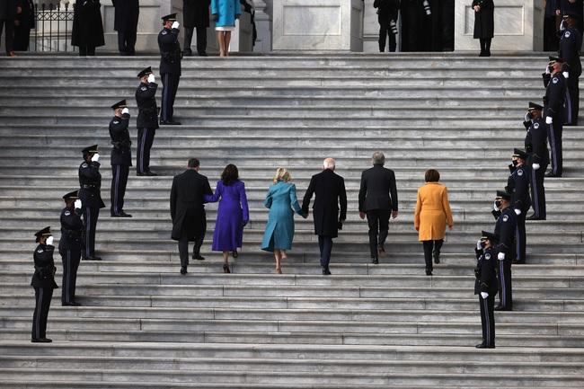 Ông Joe Biden đến tòa nhà Quốc hội chuẩn bị cho lễ nhậm chức, đăng Twitter ca ngợi vợ trước giờ phút quan trọng - Ảnh 1.
