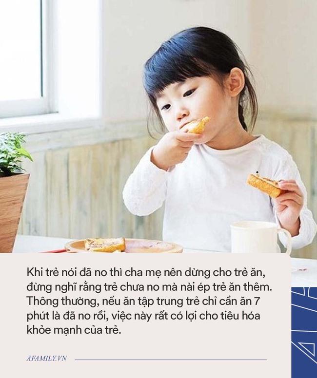 Bé gái 6 tuổi thấp lùn hơn các bạn dù mẹ mua đủ vitamin tẩm bổ, đi khám bác sĩ nói ăn thế này khác nào ăn nhựa độc vào người - Ảnh 2.