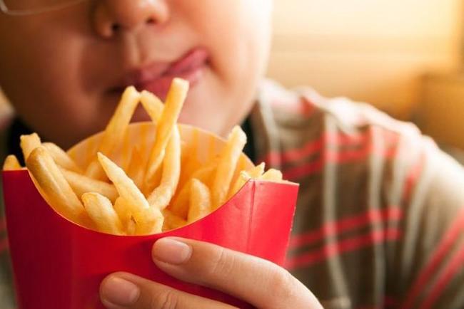 Bé gái 6 tuổi thấp lùn hơn các bạn đủ mẹ mua đủ vitamin tẩm bổ, đi khám bác sĩ nói ăn thế này khác nào ăn nhựa độc vào người - Ảnh 3.