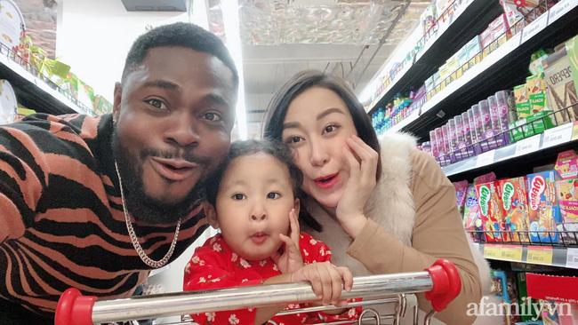 """Cặp đôi chồng châu Phi lấy vợ tiểu thư Hà Nội, sinh con gái cực kỳ đáng yêu nhưng càng lớn """"làn da giả dối"""" - Ảnh 4."""