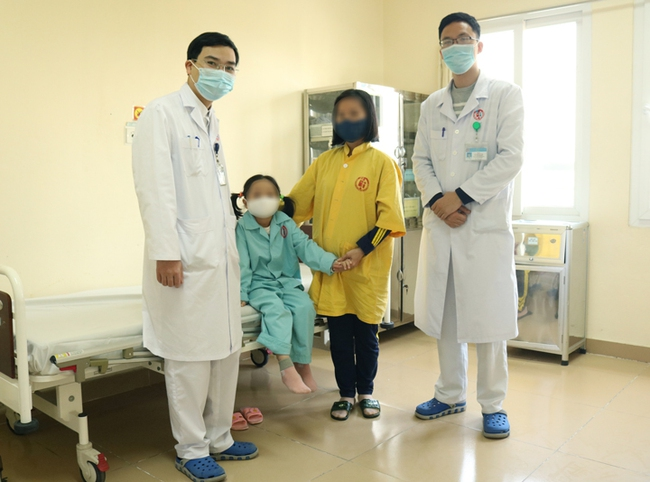 Cắt bỏ khối u quái chứa tóc, răng, xương hàm nằm trong cơ thể bé gái 7 tuổi - Ảnh 1.