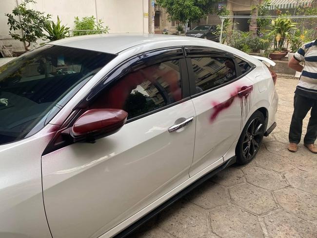 """2 chiếc ô tô loang lổ những vệt đỏ kinh dị, check xuất camera an ninh, chủ xe """"đứng hình"""" khi biết nguyên nhân - Ảnh 3."""
