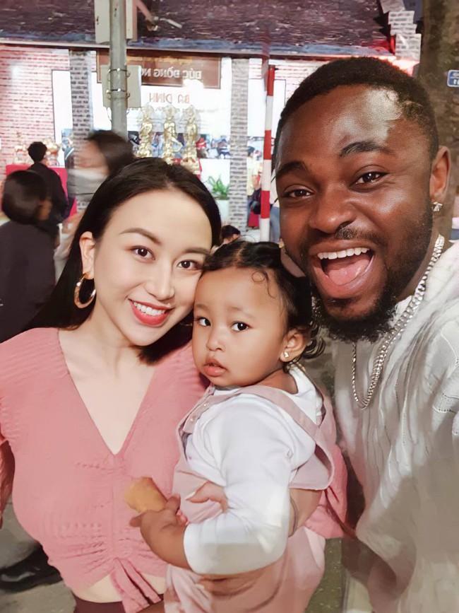 """Tiểu thư Hà Nội lấy chồng châu Phi kể chuyện con bị chê """"sao đen thế?"""", luôn làm điều này mỗi ngày để bé thấy tự hào về bản thân mình - Ảnh 1."""