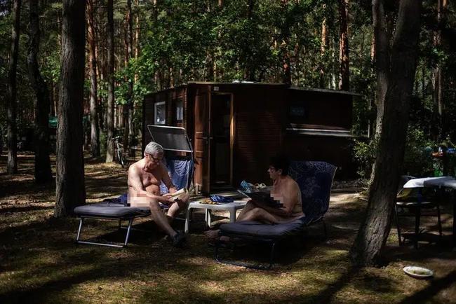 """Người Đức khỏa thân tắm nắng, chơi đùa nơi công cộng khiến nhiều du khách """"ngượng ngùng"""", tưởng hành vi vô ý thức mà lại là nét văn hóa không-thể-thiếu - Ảnh 2."""