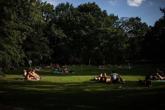 """Người Đức khỏa thân tắm nắng, chơi đùa nơi công cộng khiến nhiều du khách """"ngượng ngùng"""", tưởng hành vi vô ý thức mà lại là nét văn hóa không-thể-thiếu - Ảnh 7."""