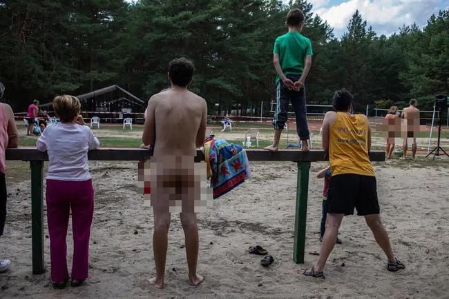 """Người Đức khỏa thân tắm nắng, chơi đùa nơi công cộng khiến nhiều du khách """"ngượng ngùng"""", tưởng hành vi vô ý thức mà lại là nét văn hóa không-thể-thiếu - Ảnh 9."""