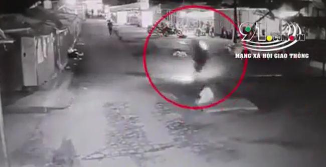 """Clip: Thanh niên tử vong sau khi vấp phải """"bẫy"""" nguy hiểm khiến cả người cùng chiếc xe lộn 3 vòng  - Ảnh 2."""