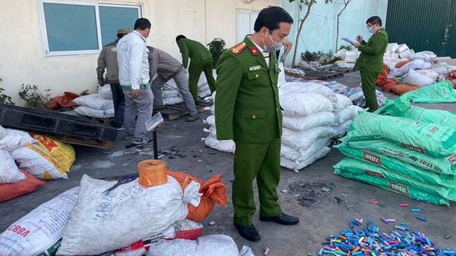 Bắc Giang: Kinh doanh hàng chục tấn chất thải nguy hại, cặp đôi nam nữ bị phạt 460 triệu đồng  - Ảnh 1.