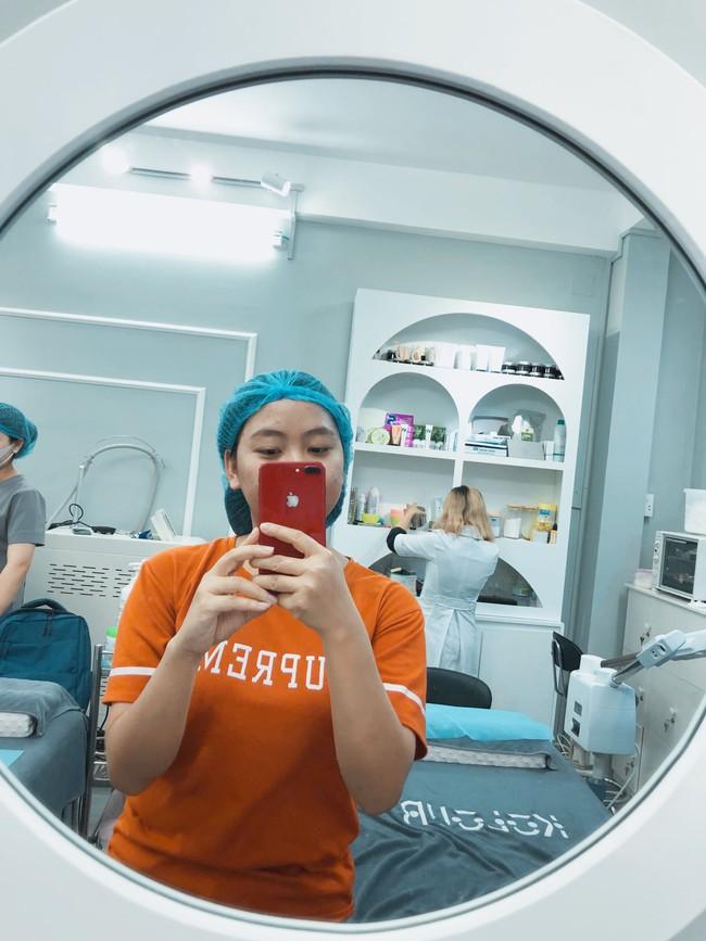 Cô nàng lần đầu trải nghiệm dịch vụ nặn mụn 99k, bất ngờ nhất là thủ thuật hút máu bầm  - Ảnh 1.