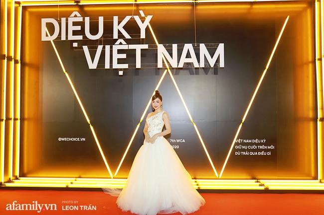 Thảm đỏ WeChoice Awards 2020 khủng nhất đầu năm của Vbiz: Ngọc Trinh diện đầm vàng nổi bật đọ nhan sắc cùng dàn mỹ nhân Vbiz - Ảnh 11.