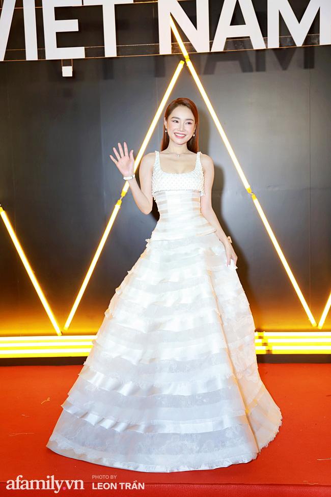 Thảm đỏ WeChoice Awards 2020 khủng nhất đầu năm của Vbiz: Ngọc Trinh diện đầm vàng nổi bật nhưng không thắng nổi bộ đồ xuyên thấu táo bạo của Chi Pu - Ảnh 5.