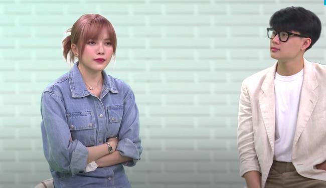 Thiều Bảo Trâm quạu khi bị MC nhắc khéo bạn trai Sơn Tùng trên sóng livestream  - Ảnh 2.