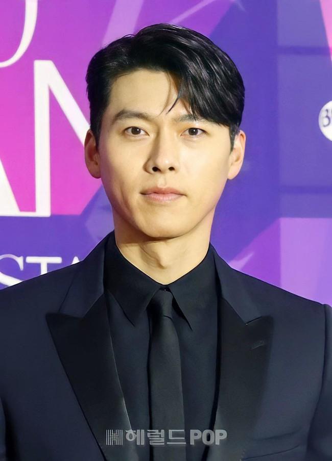 """Thảm đỏ """"hot"""" nhất Kbiz: Hyun Bin lẻ bóng xuất hiện sau khi xác nhận hẹn hò, Seo Ye Ji khoe vai trần với váy xẻ táo bạo - Ảnh 1."""